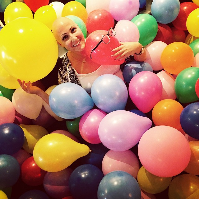En glad och lycklig Lilian Botvalde i ett färgglatt ballonghav